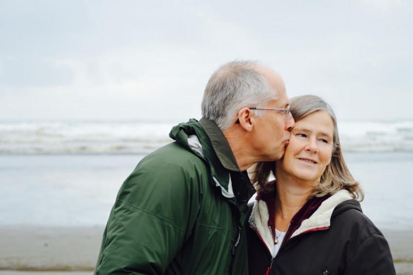 Romantic Couple Kiss Wallpap