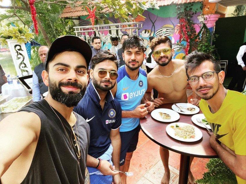 Virat Kohli Selfie with Team
